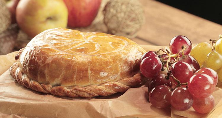 Camembert feuilleté a l'oignon caramélisé et raisins