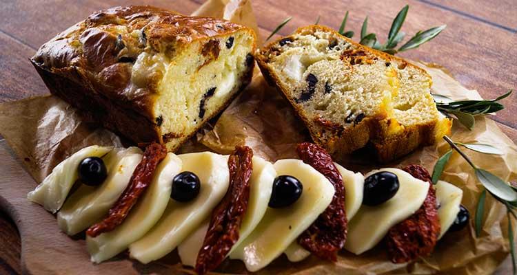 Cake mozzarella, olives et tomate séchées