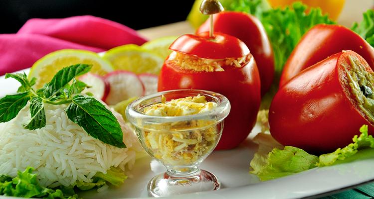 سلطة طماطم محشية بالتونة والجبن