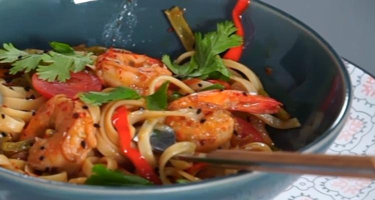 Wok de crevettes thaï (Nouilles aux crevettes) - Har W Hlow - Ep1