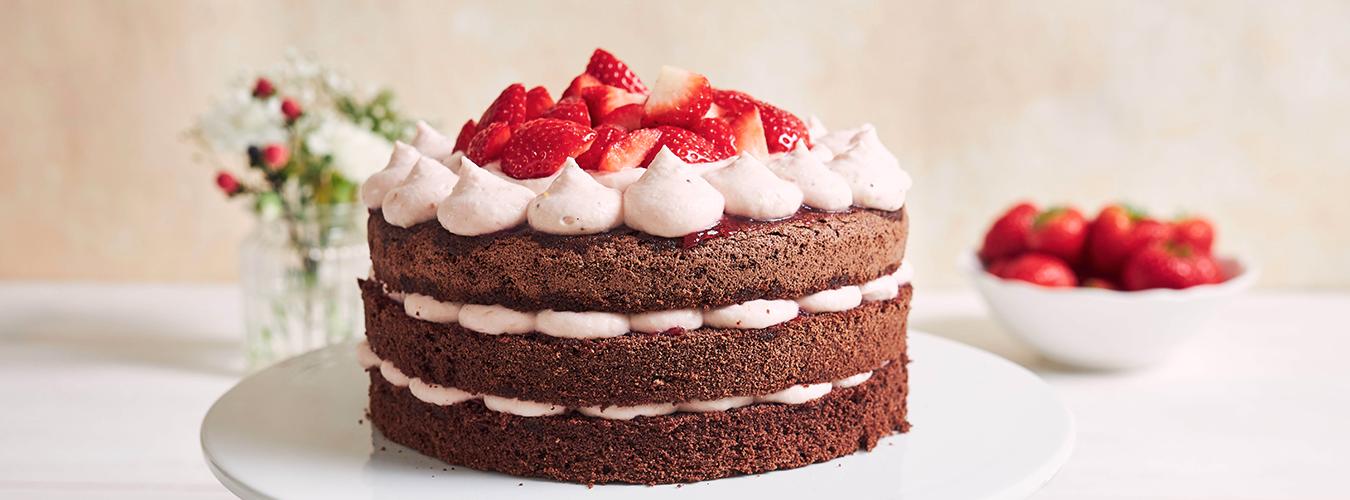 Gâteau aux fraises et à la crème fouettée pour la fête des mères