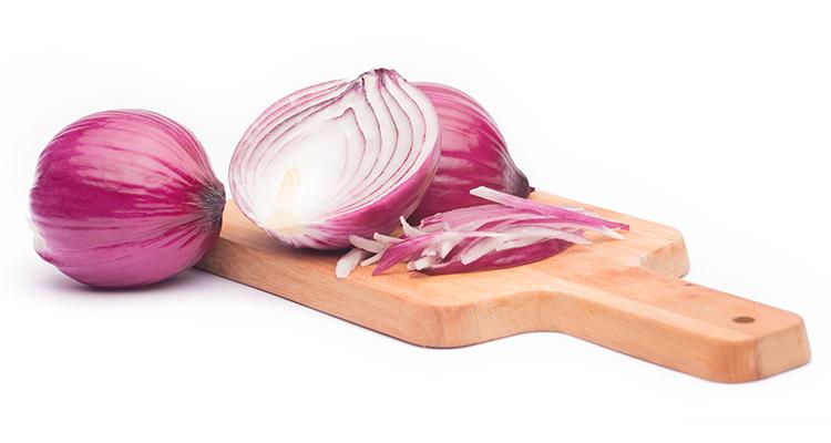 أسرع الطرق للتخلص من رائحة البصل