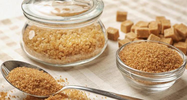السكر البني لتقشير البشرة الدهنية