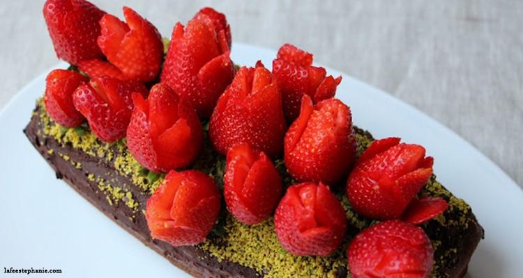 Ultra Fête des mères : bouquet de fraises sur un gâteau au chocolat WL-19