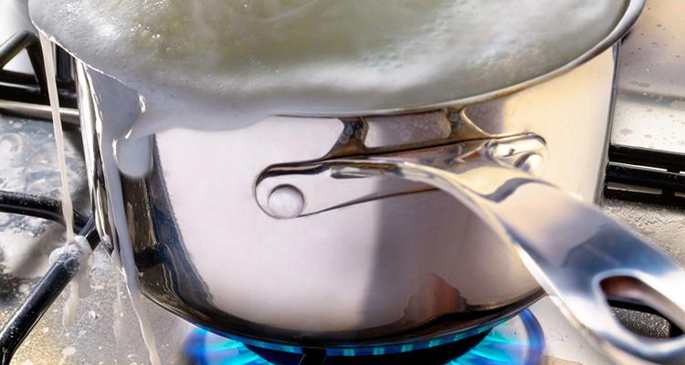 Comment faire bouillir le lait sans qu'il déborde?