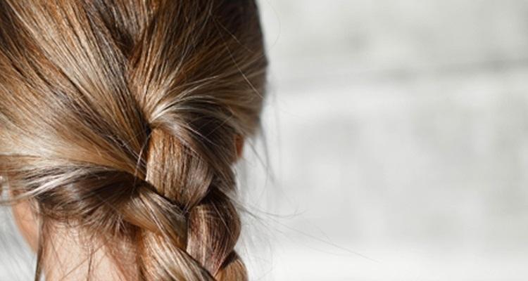 Brillance des cheveux : L'eau de rinçage au vinaigre blanc